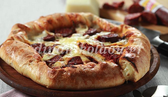 Pizza au soutzouki avec sa pate au fromage