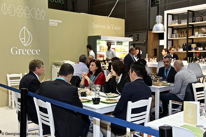 Ο κ. Γραβάνης και η κ. Αναγνωστοπούλου, «συστήνουν» στους ξένους ενδιαφερόμενους την ελληνική κουζίνα.