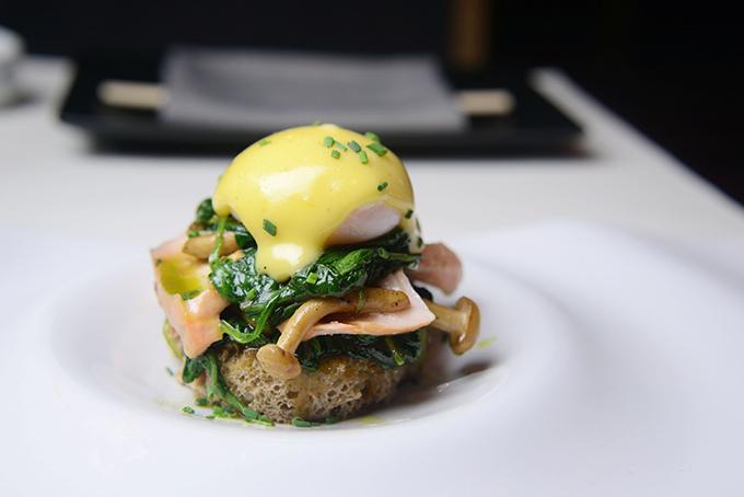 Αυγά Μπένεντικτ με σπανάκι και σολομό σιγοβρασμένο σε miso