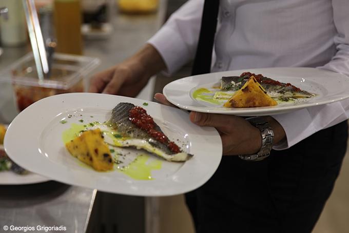 Φιλέτο λαβράκι πάστα λιαστής ντομάτας και μπομπότα με ελιές και λιαστές ντομάτες.