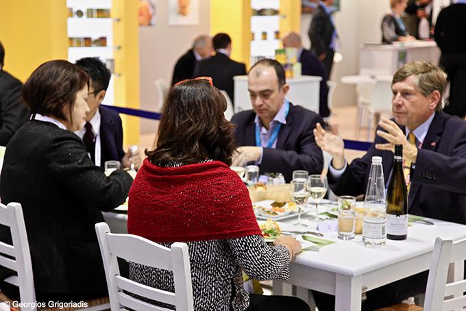 Ο κ. Γραβάνης και η κ. Αναγνωστοπούλου, «ξεναγούν» τους ξένους ενδιαφερόμενους στην ελληνική κουζίνα.