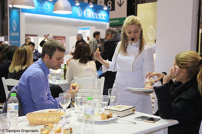 O Πρόεδρος της Enterprise Greece,  Χρήστος Στάικος, δοκιμάζει την κουζίνα της Ντίνας Νικολάου.