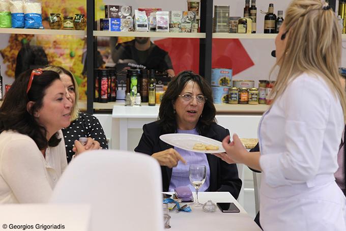 Οι κυρίες της Enterprise Greece, Μαργαρίτα Λίδη και Κατερίνα Αναγνωστοπούλου στο κεντρικό εστιατόριο της SIAL, σερβίρονται από την Ντίνα Νικολάου.