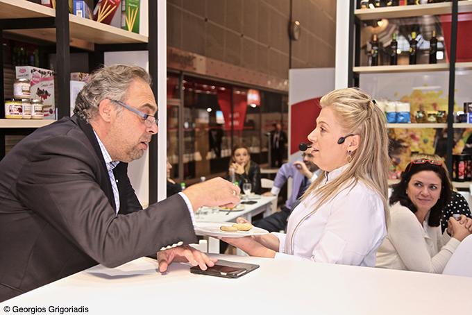 Ο Μένος Αγγελάκης της Enterpise Greece συνομιλεί με την Ντίνα Νικολάου.