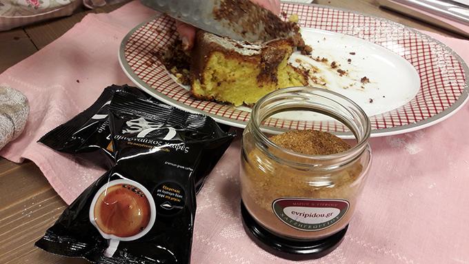 Κέικ γεμιστό με φυστικοβούτυρο, καφές Draculis, μπαχαρικά Χατζηγεωργίου... Κορυφαία συνάντηση γεύσεων...
