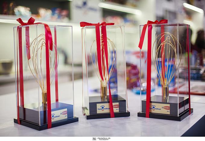 Τα «Βραβεία Ζαχαροπλάθουμε» για τις 3 πρώτες νικήτριες του διαγωνισμού.