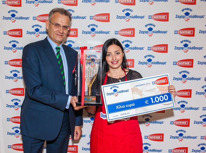Ο κ.  Μάριος Παπαθανασίου, Εμπορικός Διευθυντής της ΓΙΩΤΗΣ Α.Ε. παραδίδει το χρηματικό έπαθλο και το «Βραβείο Ζαχαροπλάθουμε» στη Νο1 νικήτρια του διαγωνισμού, κα Κωνσταντίνα Μπαουστάνου.
