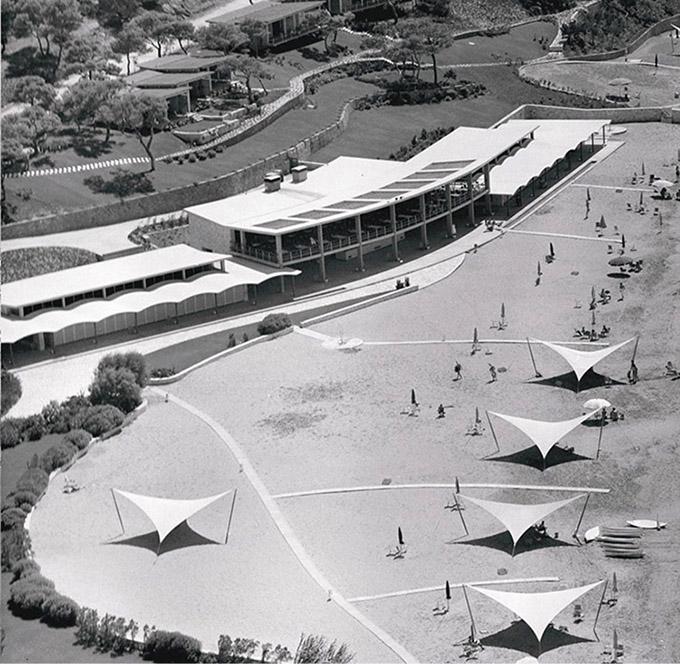 Άποψη από ψηλά της Λαϊκής Πλαζ το 1962, με τα πολύ μοντέρνα για την εποχή στέγαστρα για τον ήλιο
