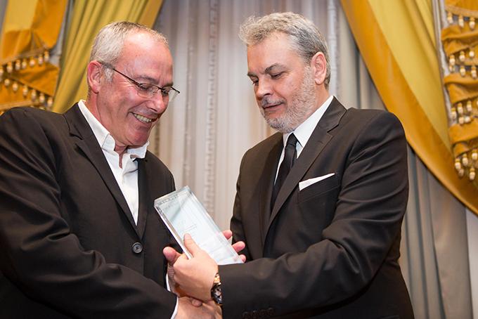 Ο ιδιοκτήτης των Katikies Luxury Boutique Resorts κος Νίκος Παγώνης παραλαμβάνει το βραβείο του από τον Δ/οντα Σύμβουλο της HotelBrain κο Κωνσταντίνο Ζήκο