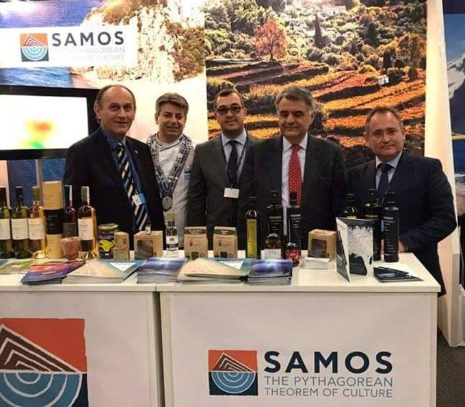 Ο προϊστάμενος ΕΟΤ Σκανδιναβικών χωρών και Βαλτικής κ. Παύλος Μούρμας, ο executive chef Βαγγέλης Μπιλιμπάς, και ο πρέσβης της Ελλάδας στη Σουηδία κ. Δημήτριος Τουλούπας μαζί με τα μέλη της αποστολής του Δήμου Σάμου.