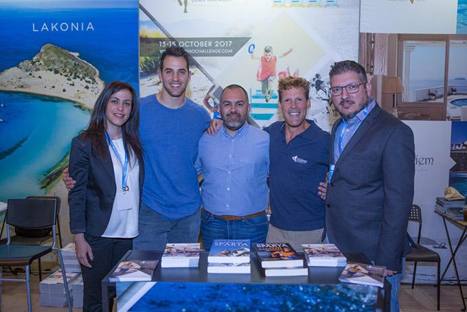 Από αριστερά: η Marketing & Sponsorship Manager της Active Media Group, Νίκη Μολφέτα, o Ελληνοαμερικανός δις φιναλίστ του Super Bowl, πρώην παίκτης του NFL, Niko Koutouvides, ο δημοσιογράφος Νίκος Παπαϊωάννου, ο Ελληνοαμερικανός υπερμαραθωνοδρόμος Dean Karnazes, ο Διευθύνων Σύμβουλος της Active Media Group, Άκης Τσόλης