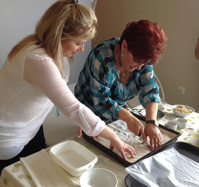 Μαζί με την Μαρία Χωρινού του Aloe Hotel, φτιάχνοντας γλυκιά, φυλλωτή πίτα.