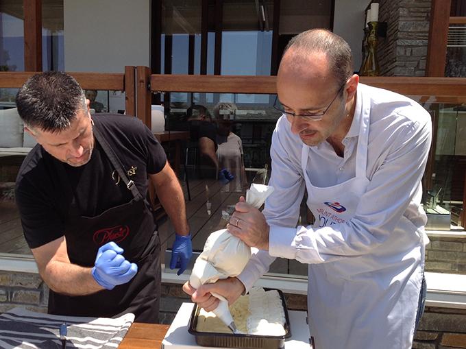 Ο Παναγιώτης Σαρακάκης του Plaisir διδάσκει πώς φτιάχνεται το Εκμέκ Καταίφι.