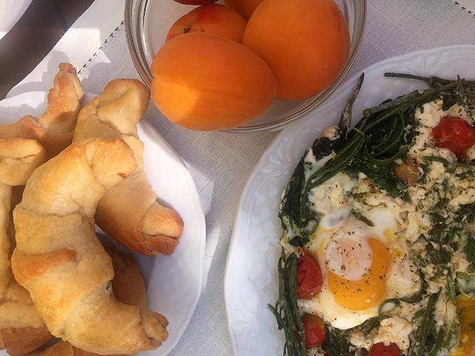 Χόρτα τσιγαριαστά με αυγά μάτια, το μεσογειακό πρωινό της Chef Ντίνας Νικολάου στο Athos Villas.