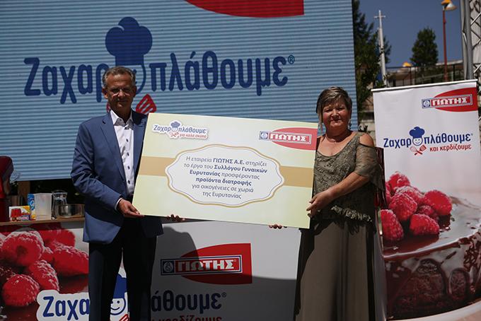 O Εμπορικός Διευθυντής της ΓΙΩΤΗΣ Α.Ε., κ. Μάριος Παπαθανασίου με την Πρόεδρο του Συλλόγου Γυναικών Ευρυτανίας, κα Ιουλία Πετροπούλου.