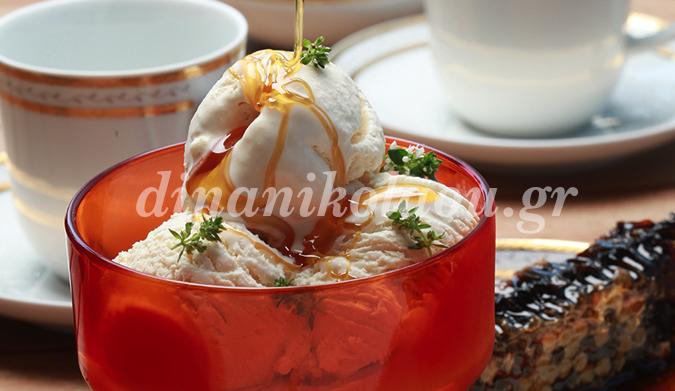 Crème glacée à l'anthotyro (fromage blanc mou) et au miel