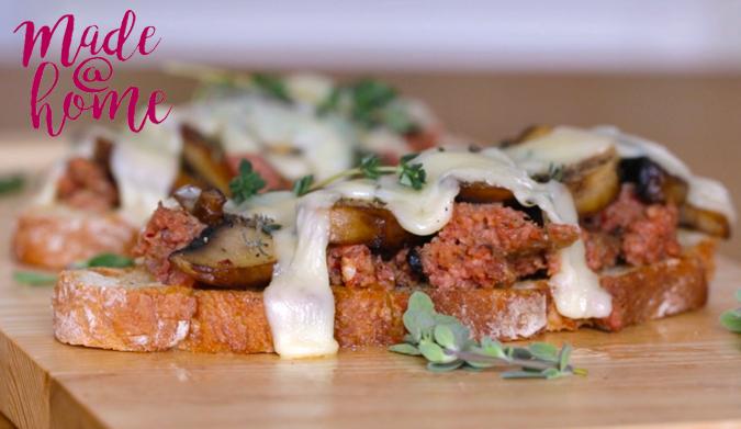 Μπρουσκέτες με μανιτάρια και κιμά λουκάνικου
