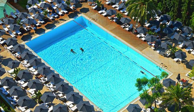 Ραντεβού στην πισίνα του Hilton!