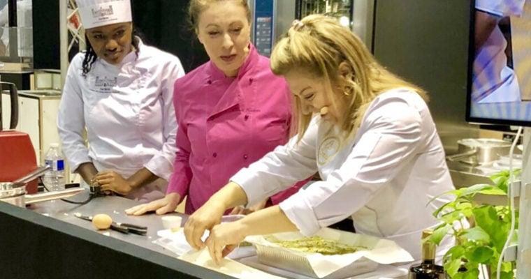 H Ντίνα μαγειρεύει και μαγεύει τους διεθνείς επισκέπτες της Sial Paris