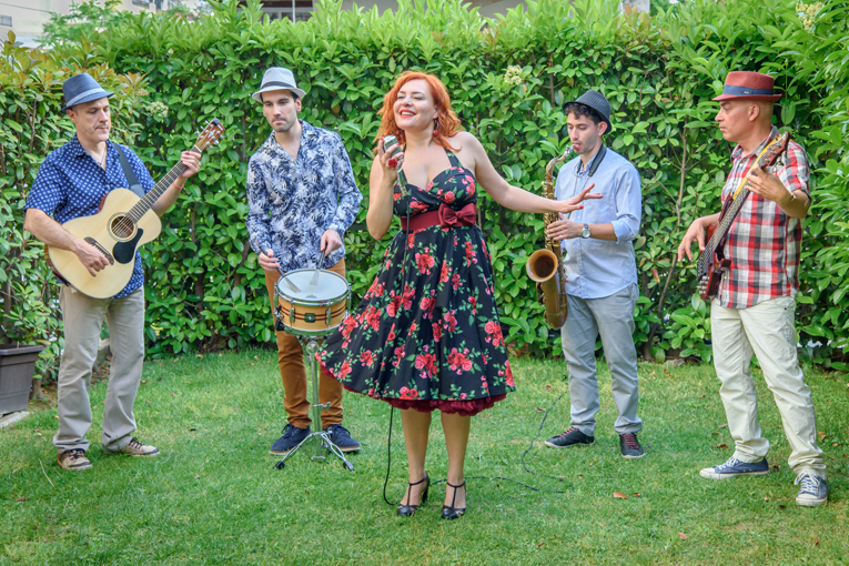 Η Χριστίνα Γκόλια τραγουδά το απόλυτα καλοκαιρινό χαρούμενο swing «Στα παλιά μου τα παπούτσια»