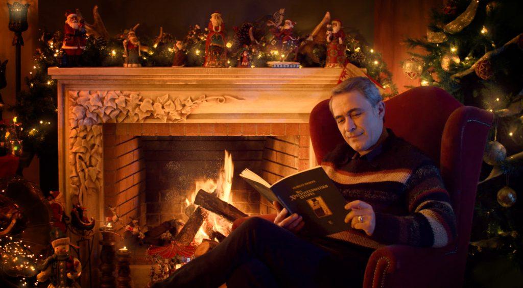 Ο Θανάσης Κουρλαμπάς μας ταξιδεύει σε…«Μια Χριστουγεννιάτικη Ιστορία»!